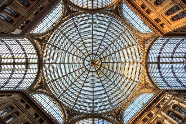 Cupula de la Galeria Umberto I de Napoles, Italia.