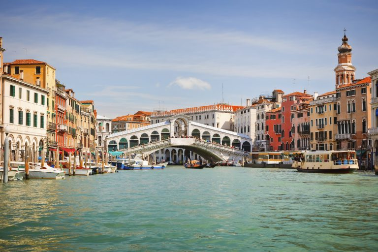 foto del gran canal de venecia con rialto al fondo