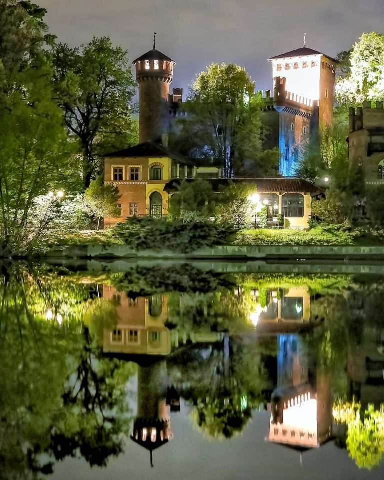 vista nocturna del borgo medievale de turin