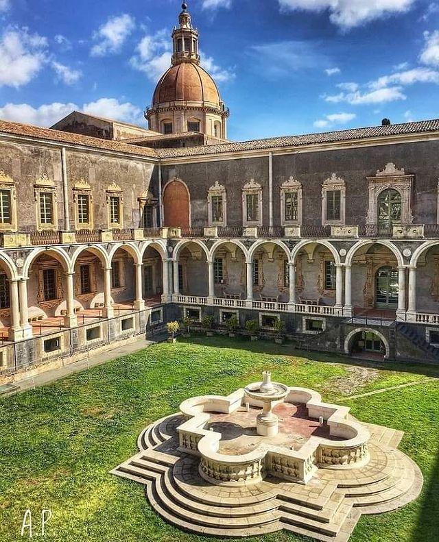 claustro del monasterio de los benedictinos de catania