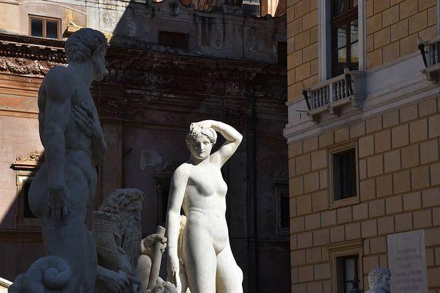 estatuas de la fuente de la vergogna de palermo en plaza pretoria