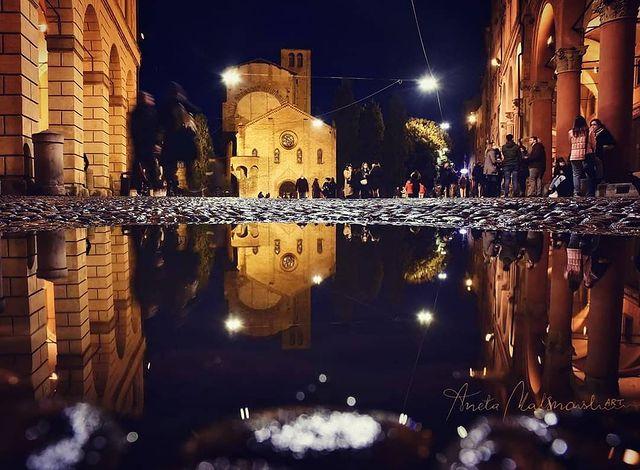 foto nocturna de la plaza de santo stefano de bolonia