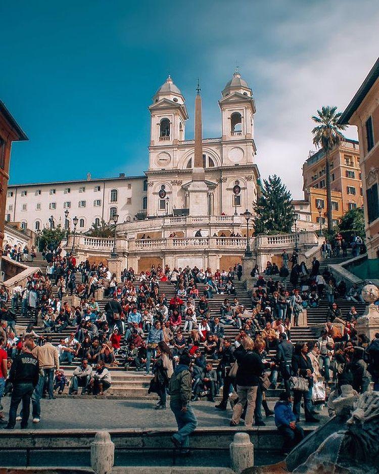 gente en las escalinatas de trinidad del monte en plaza spagna de roma