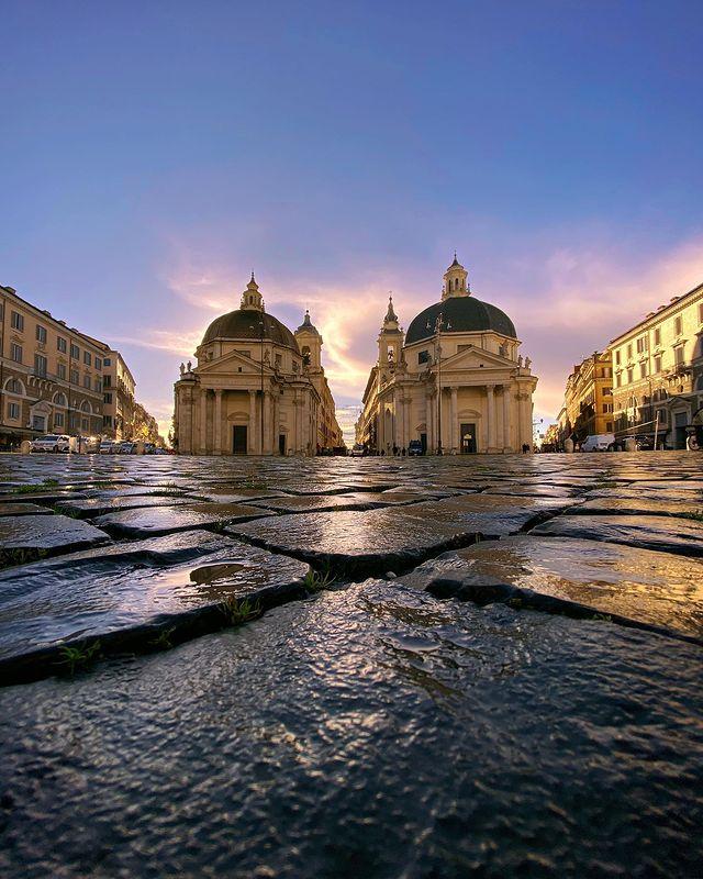 Plaza del popolo de roma anocheciendo