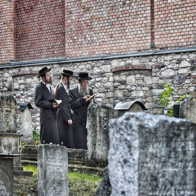 rabinos en el cementerio remuh de cracovia
