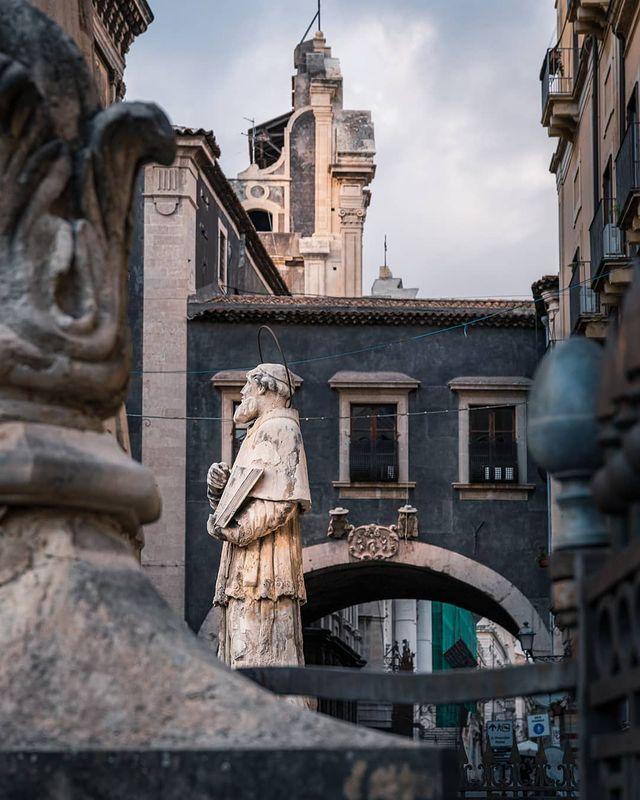 Arco de san benedetto en via crociferi