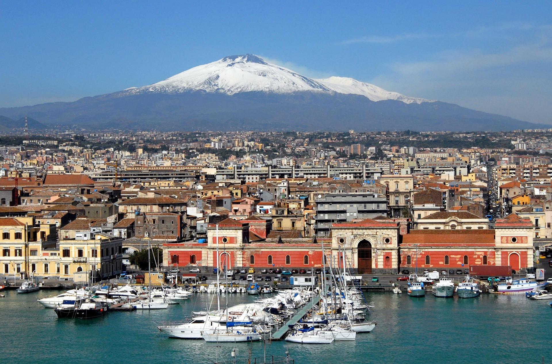 Vistas de Catania con el Etna al fondo desde el puerto