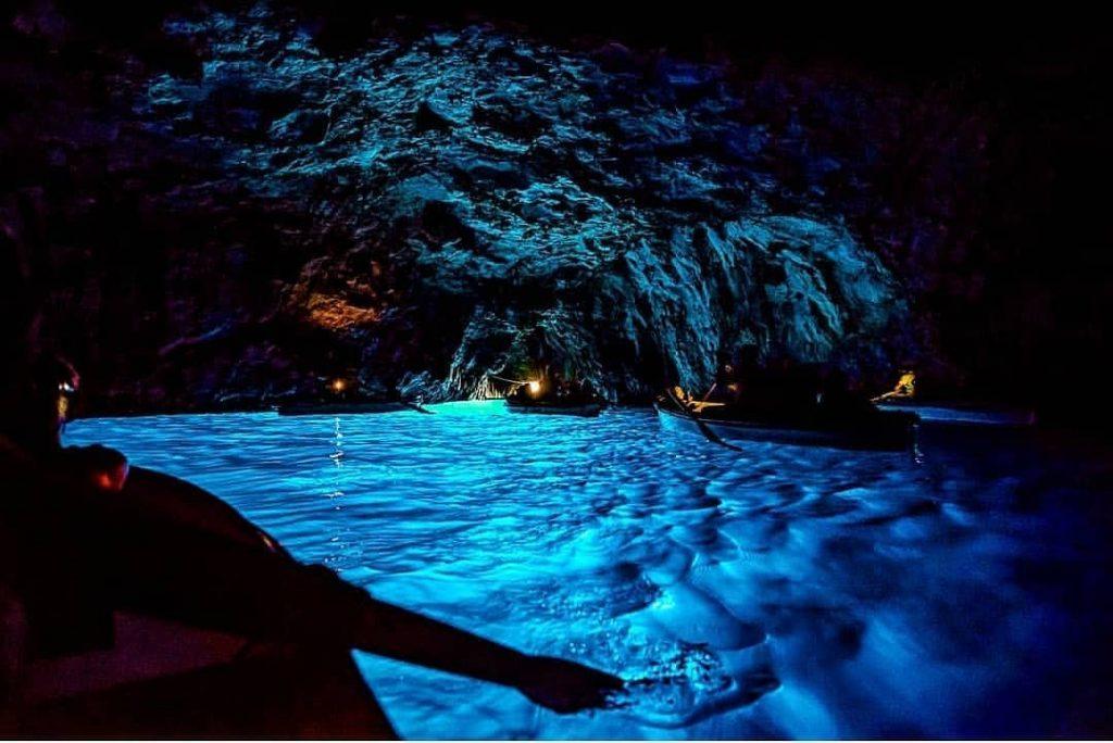 Interior de la gruta azul en la isla de capri
