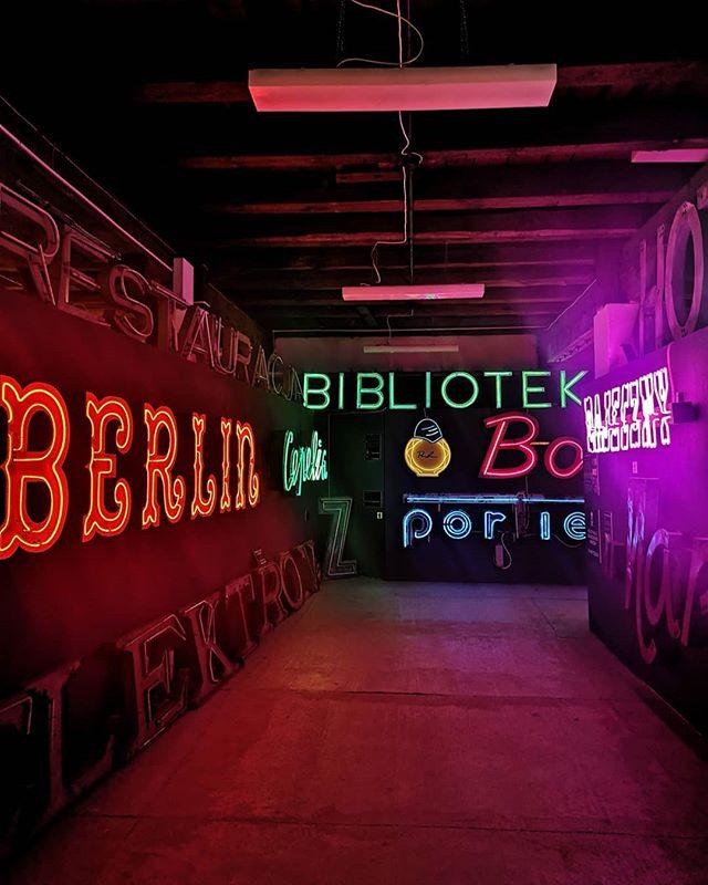 interior del museo del neon de varsovia