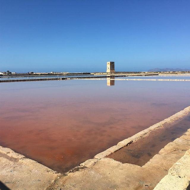 lago salado en Reserva de Salines en Trapani y Paceco