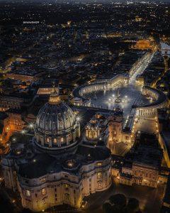 Plaza de San Pedro del Vaticano vista aerea nocturna