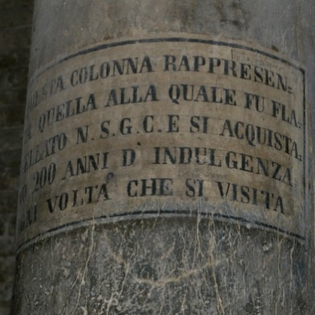 inscripcion columna de la basilica de santo stefano