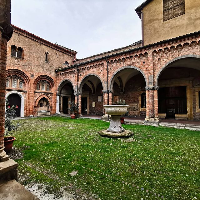 patio interior con pila de santo stefano en bolonia
